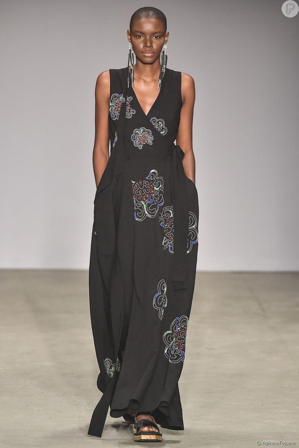 Estampas que foram sucesso no São Paulo Fashion Week: flores bordadas no vestido longo da Apartamento 03
