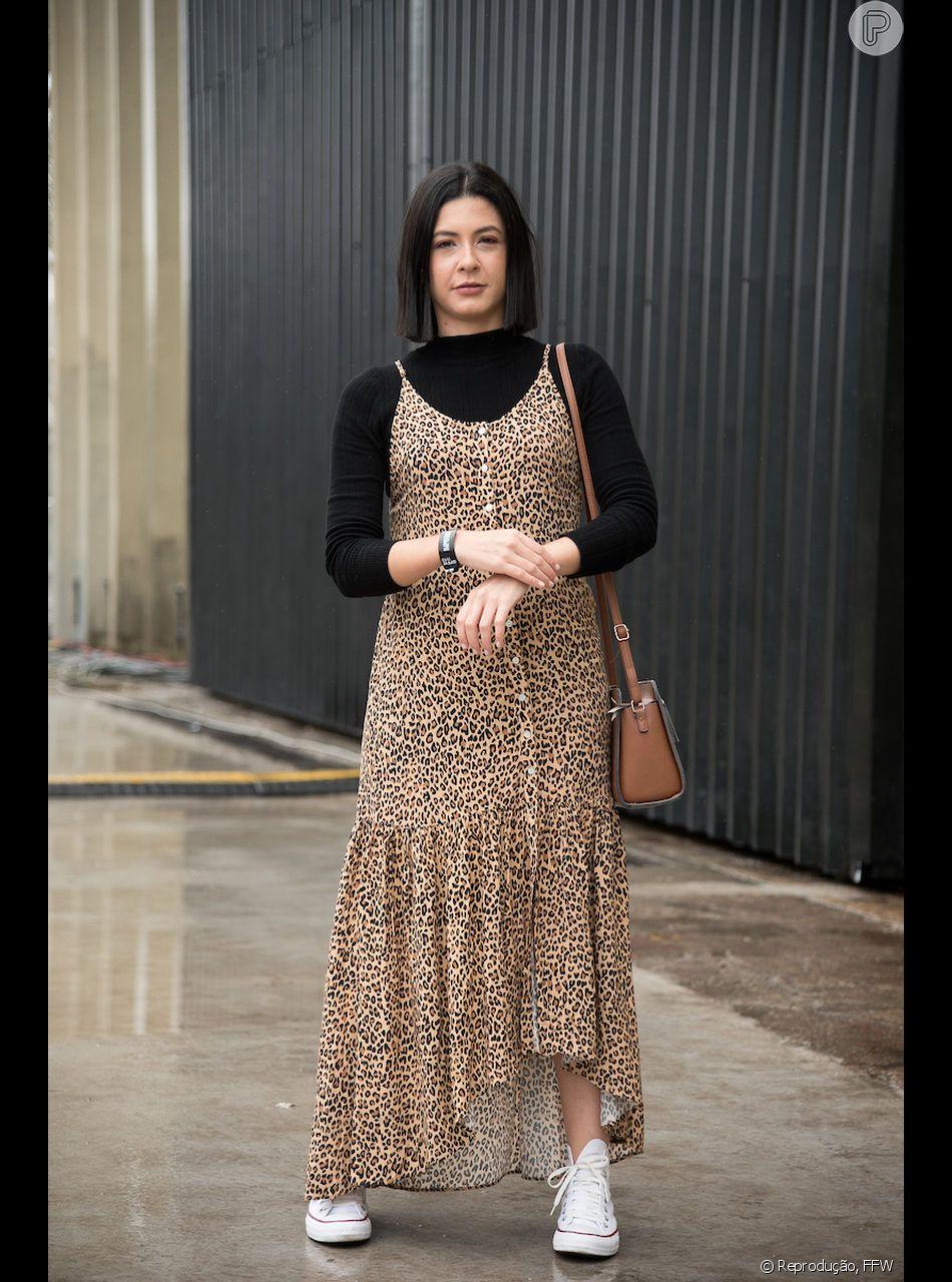 Até eu, Bia Doblas, repórter Glam do Purepeople, entrei na tendência animal print com o vestido de oncinha! Curtiu? Confira mais 4 jeitos de usar a estampa de onça com o street style do São Paulo Fashion Week no vídeo abaixo!
