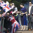Meghan Markle usa look azul royal Givenchy