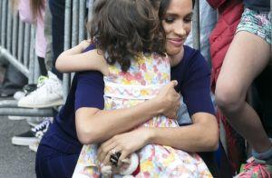 Meghan Markle ganha abraço de minifã durante visita com Harry à Nova Zelândia