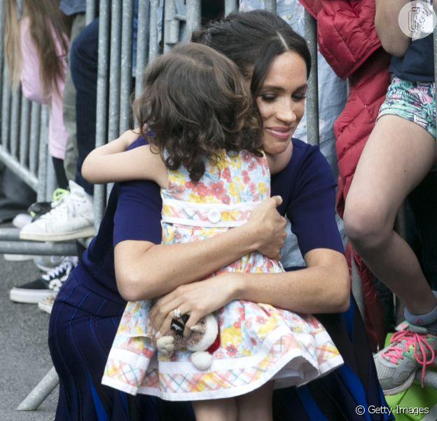 Meghan Markle recebe abraço de menino de 2 anos durante visita na Nova Zelândia, em 31 de outubro d e2018