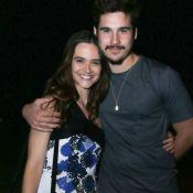 Juliana Paiva e Nicolas Prattes posam abraçados em festa de novela. Fotos!