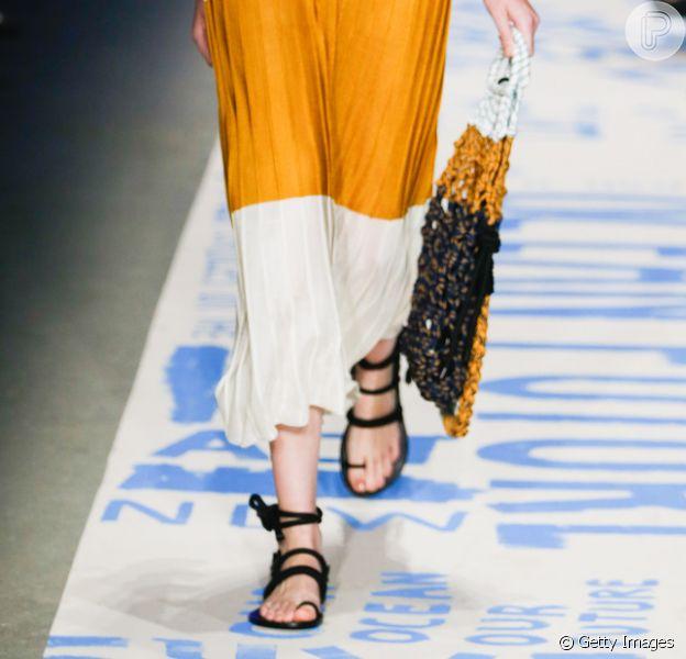 A sandália de amarrações preta, bem minimalista, ainda é tendência e aparece na nova coleção da Osklen, que desfilou no SPFW