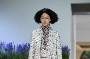 O retorno dos lenços: nos cabelos e no pescoço, a peça volta aos holofotes