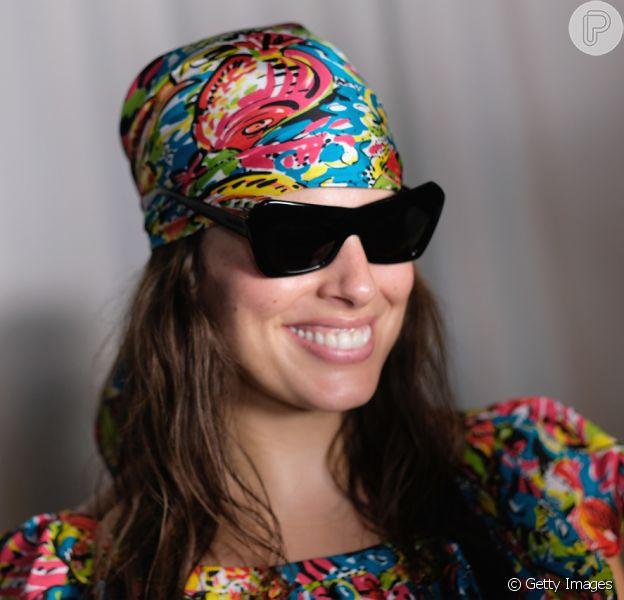 Lenço é hit nas fashion weeks pelo mundo: Ashley Graham no desfile de verão 2019 de Michael Kors, na semana de moda de Nova York