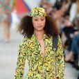 Lenço é hit nas fashion weeks pelo mundo:  no desfile de Michael Kors, o lenço foi usado de várias maneiras
