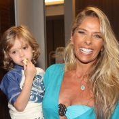 Adriane Galisteu brilha em desfile ao lado do filho, Vittorio, em São Paulo