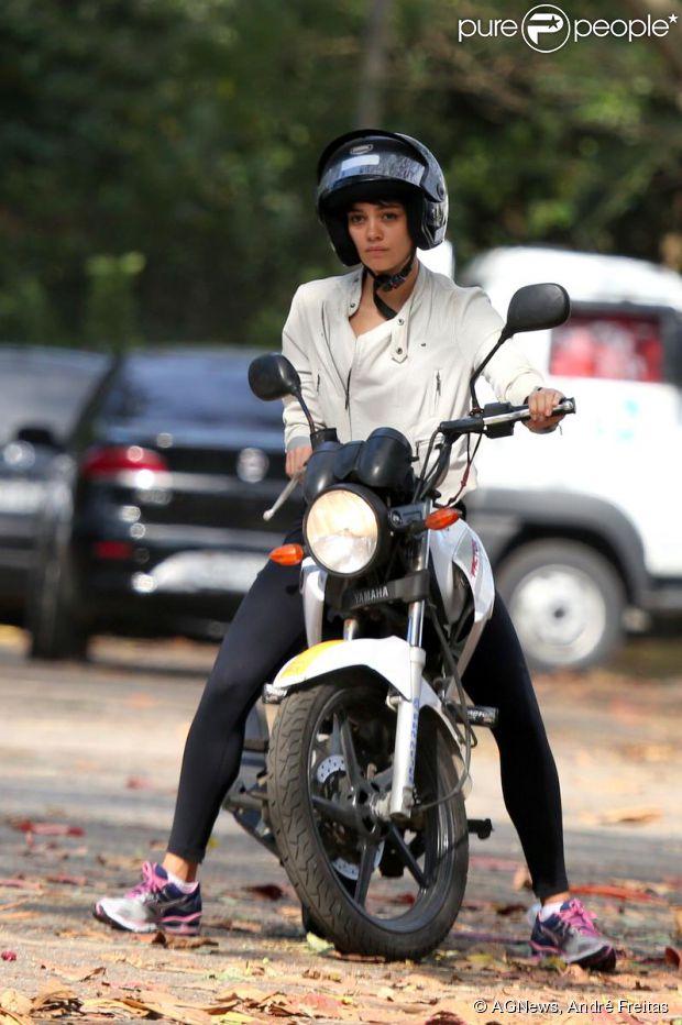 Sophie Charlotte pilota moto em autoescola para se preparar para viver motociclista em filme com Cauã Reymond (3 de setembro de 2014)