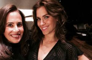 Carolina Dieckmann exibe novo visual em festa com Luciano Huck e Angélica