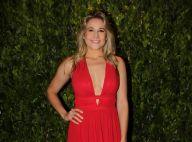 Lady in red: Fernanda Gentil elege look decotado para leilão de gala com famosos