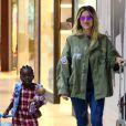Para viagem em família, Giovanna Ewbank aposta em look decolado com jeans e All Star, enquanto Títi, sua filha, investe em vestido xadrez e sobreposição com colete jeans