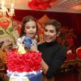 Deborah Secco se diverte com a filha, Maria Flor, no aniversário de 3 anos da menina