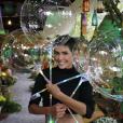 Deborah Secco esbanja beleza na festa da filha, Maria Flor