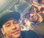 Neymar assiste à semifinal da Copa do Mundo de Basquete com Daniel Alves
