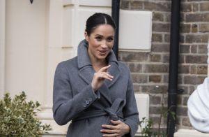 Meghan Markle elege trench coat e tubinho midi para visita em casa de repouso