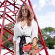 A saia midi branca é inspiração para o verão