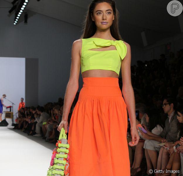 Uma das tendências da saia midi para o verão 2019 é neon!