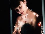 Nua, Débora Nascimento amamenta filha em foto para celebrar Natal: 'Iluminadas'