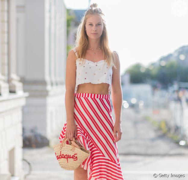 Cropped + saia assimétrica + bolsa de palha = combinação perfeita para o verão
