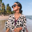 Jade Seba aposta em kimono com estampa poá para um look de praia sofisticado