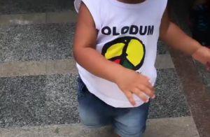 Juliana Alves mostra filha com blusa Olodum e sandália com estampa de arco-íris