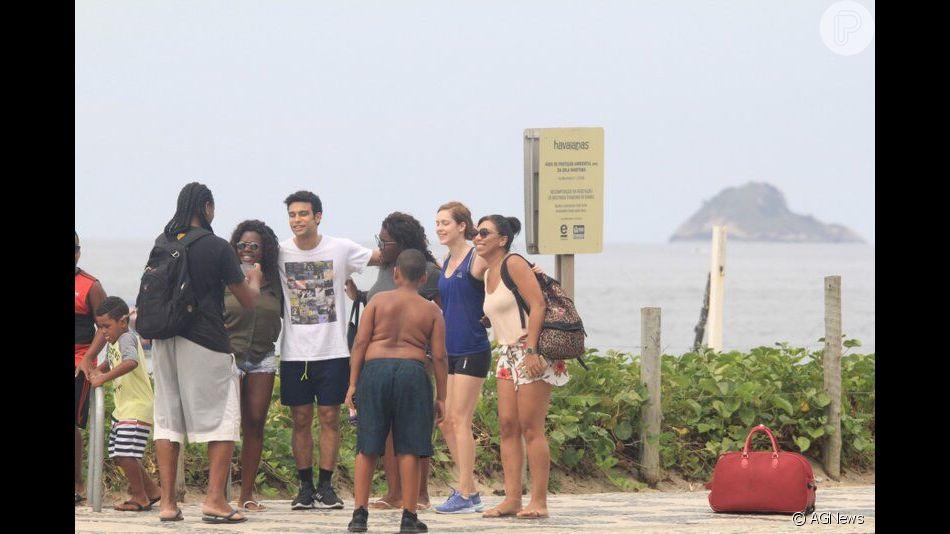 fce872258f889 Sophia Abrahão e Sergio Malheiros atenderam fãs durante passeio pela orla  do Rio de Janeiro neste