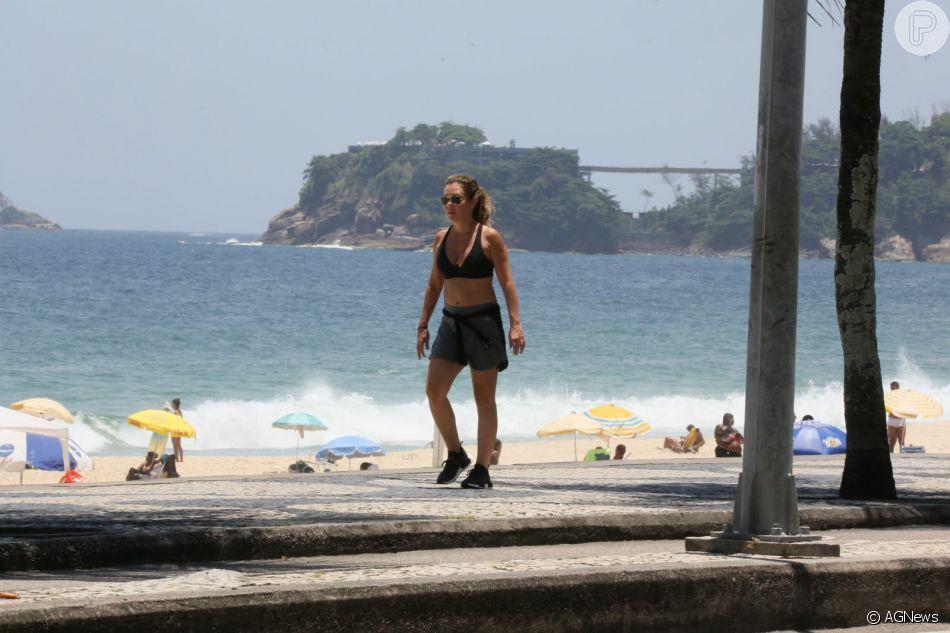Adriana Esteves caminha de top e short em orla de praia nesta segunda-feira, dia 07 de janeiro de 2018