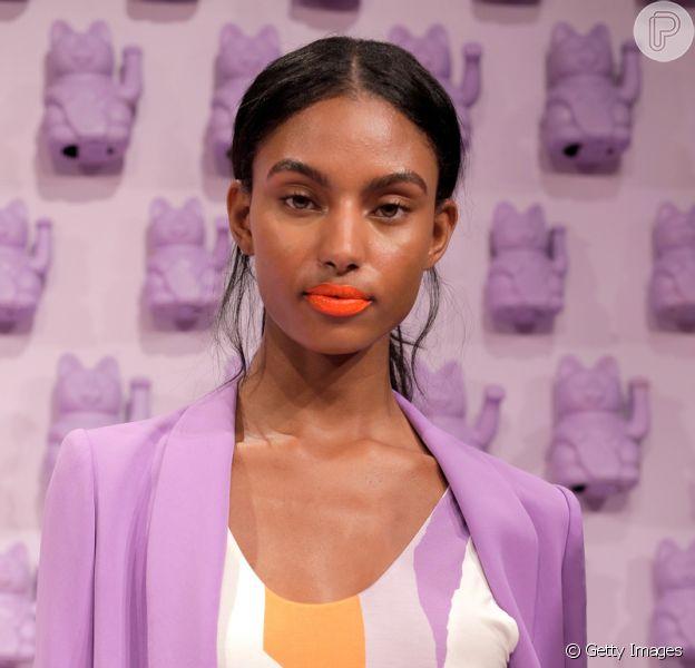 Maquiadora das famosas ensina a usar a maquiagem Living Coral