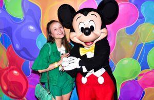 Larissa Manoela combina look verde com bolsa Chanel para exposição do Mickey
