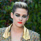 Fashion! Kristen Stewart usa calça dourada e batom vermelho no desfile da Chanel