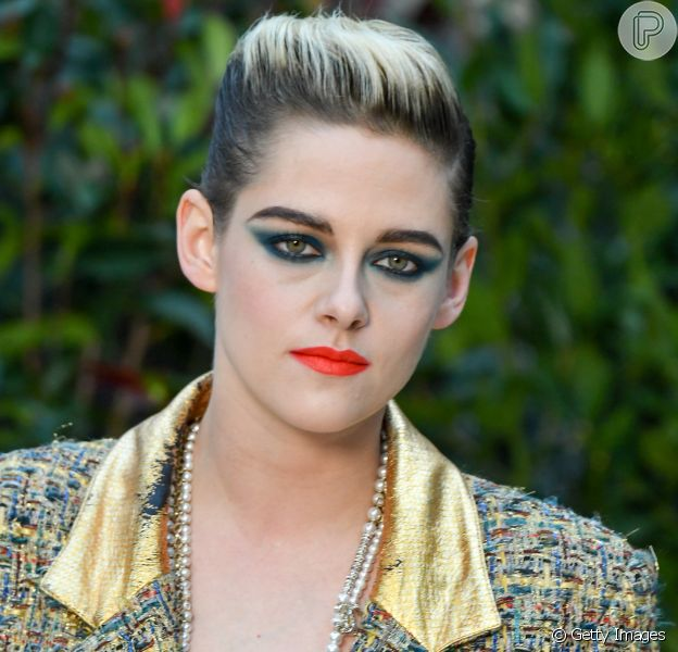 Kristen Stewart apostou na maquiagem com sombra verde e batom coral para o desfile da Chanel de Alta Costura da Chanel na última terça-feira, dia 22 de janeiro de 2019