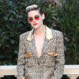 O óculos com lentes vermelhas arrematou o visual metalizado de Kristen Stewart na Semana de Moda de Paris