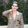 O look andrógino de Kristen Stewart para o desfile de Alta Costura da Chanel foi metalizado