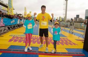 Rodrigo Faro corre com as filhas em maratona infantil em São Paulo