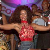 Carnaval: Erika Januza aposta em decote e brilha no ensaio da Grande Rio. Vídeo