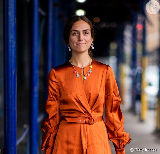 As peças na cor terracota são elegantes e versáteis. No look total com blusa + saia midi + cinto.