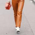 Calça terracota + bota branca é tendência na moda!