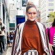 Olivia Palermo usa blusa terracota + conjuntinho listrado que coordena a cor com preto e branco.
