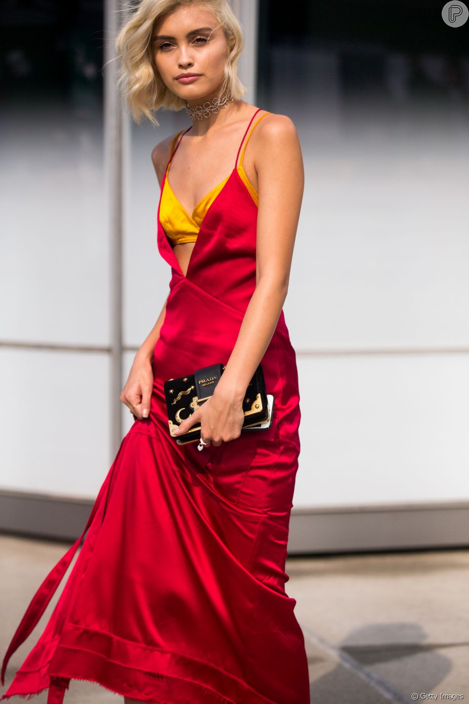 Slip dress: o vestido que parece uma camisola é perfeito para o verão. Aposte na lingerie à mostra e no contraste de cores.