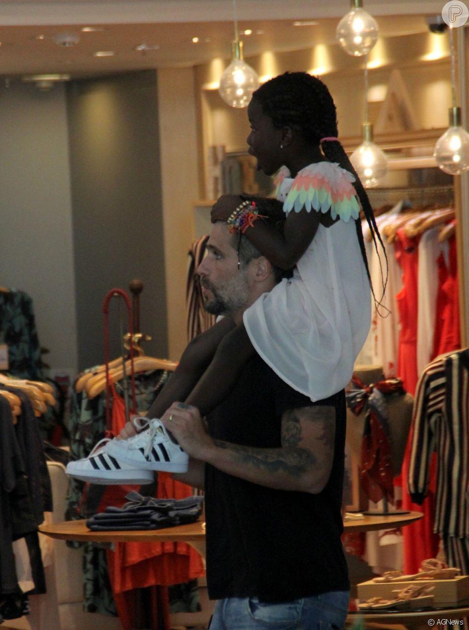 Bruno Gagiasso e Títi passeiam no shopping Village Mall, no Rio de Janeiro
