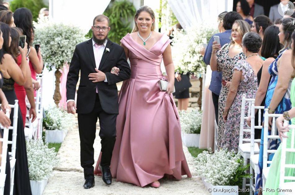 Resultado de imagem para Madrinha luxuosa! Marília Mendonça usa R$ 900 mil em joias em casamento de amigo