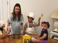 Grávida, Patricia Abravanel vai para cozinha com filhos, Jane e Pedro: 'Bagunça'