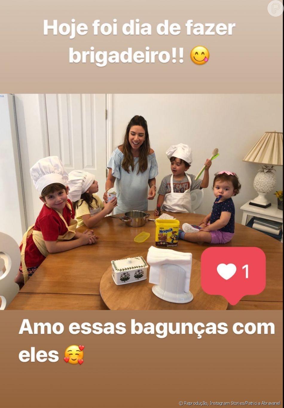 Grávida, Patricia Abravanel vai para cozinha com filhos, Jane e Pedro, nesta quarta-feira, dia 13 de fevereiro de 2019