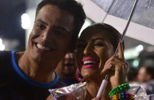 Lívia Andrade combina body cavado com capa de chuva em ensaio de carnaval. Fotos