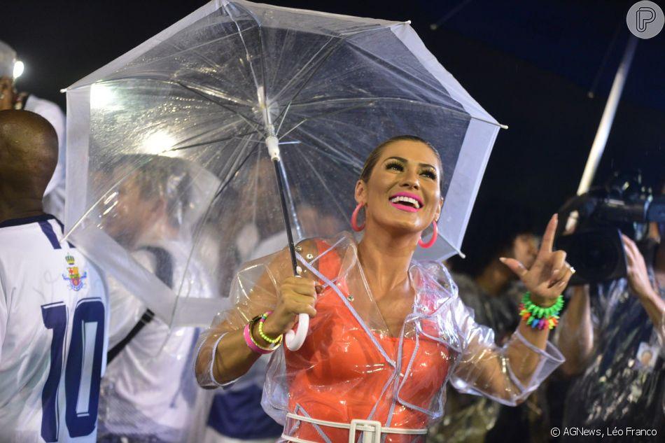 Lívia Andrade combinou body cavado com capa de chuva e guarda-chuva no ensaio técnico da Império de Casa Verde, na noite desta sexta-feira, 15 de fevereiro de 2019