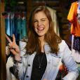 Alice Wagmann apostou no jeans para prestigiar o lançamento de coleção da marca Rosa Chá