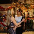Amigas! Fiorella Mattheis e Kyra Gracie se abraçam em evento de moda no Rio de Janeiro