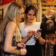 Kyra Gracie mostra fotos da filha para Fiorella Mattheis em evento no Rio