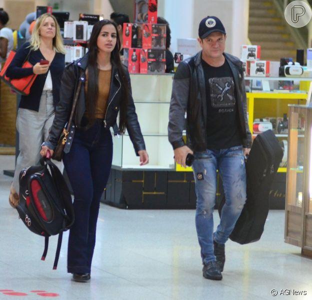 Ximbinha foi fotografado com a namorada, Karen Kethlen, em aeroporto do Rio de Janeiro nesta quinta-feira, 21 de fevereiro de 2019