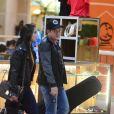 Ximbinha e Karen Kethlen evitaram andar de mãos dadas em aeroporto